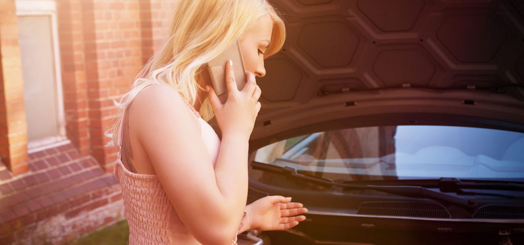 Frau telefoniert wegen defektem Auto mit ADAC Abschleppdienst in Erlangen